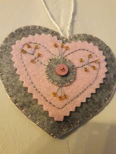 Corazón decorado con mostacillas