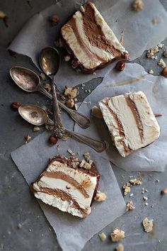 Chocolate & Vanilla Toffee Nougat Ice Cream Cake (recipe in Swedish) Frozen Desserts, Frozen Treats, Just Desserts, Delicious Desserts, Dessert Recipes, Yummy Food, Dessert Food, Summer Desserts, Keks Dessert