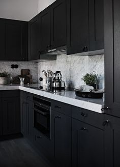 Stylish Ways to Decorate dark kitchen cabinets color schemes on this favorite site kitchen decor 31 Black Kitchen Ideas for the Bold, Modern Home Kitchen Table Redo, Kitchen Room Design, Kitchen Cabinet Design, Home Decor Kitchen, Kitchen Interior, New Kitchen, Kitchen Ideas, Kitchen Modern, Dining Table