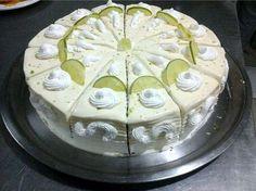 Bolo mousse de limão foi uma das receitas mais pedidas no grupo Receita Toda Hora no Facebook. Além de linda, ela é molhadinha e bem saborosa. Quem nos ens