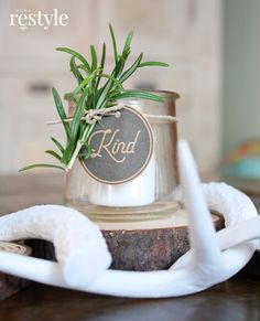 Repurpose your yogurt jars into easy craft projects. I'm sharing how I turned my yogurt jar into a votive gift idea with a free printable. Diy Candles Scented, Homemade Candles, Mason Jar Candles, Soy Candles, Homemade Gifts, Mason Jar Crafts, Easy Craft Projects, Crafts To Make, Mariana