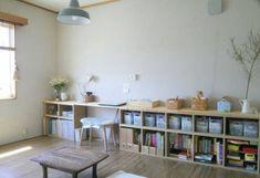 ※追記あります。 六畳二間の我が家に 子供部屋はありません。 普段過ごしているこちらの部屋に、 子どもたちのおもちゃや絵本を収納しています。 窓側の壁ぴったりに 無印良品の『パルプボードボックス』が収まりました。 スリムタイプ(上段)とA4サイズ(下段)の二段重... Interior Concept, Diy Interior, Interior Design, Japanese Apartment, Tatami Room, Hangout Room, Corner House, Kids Room Organization, Girls Bedroom