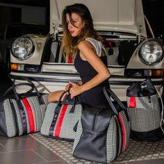 Borse modello P-911 70s style    Un'idea diventata realtà.  Dalla passione per il mondo Porsche e in particolare per i modelli anni 70 nasce l'idea di realizzare questa linea di borse con la  stessa manifattura, i materiali e i tessuti utilizzati in quegli anni sulle storiche 911. Rievocando cosi uno stile inconfondibile appartenente alle classiche di Stoccarda.
