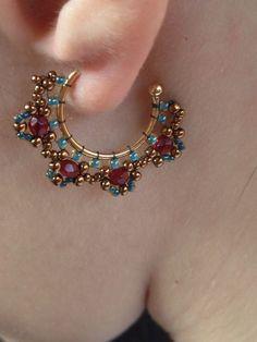Earrings Hoop Brincos em técnica mista Created and handmade by Silvia Paula Seed Bead Jewelry, Bead Jewellery, Seed Bead Earrings, Diy Earrings, Wire Jewelry, Beaded Jewelry, Jewelery, Handmade Jewelry, Earrings Handmade