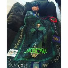 stephenamell: You might be cool, but are you the Green Arrow napping with a Green Arrow quilt cool? - Visit to grab an amazing super hero shirt now on sale! Stephen Amell Arrow, Arrow Oliver, Supergirl Dc, Supergirl And Flash, Arrow Memes, Arrow Funny, Arrow Quilt, Arrow Tv Series, Arrow Cast