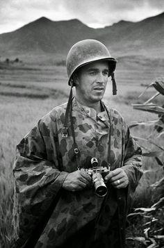 Korean War: Classic Photos by David Douglas Duncan Us Marines, Vietnam Veterans, Vietnam War, Foto Face, David, War Photography, Famous Photographers, Documentary Photographers, Portraits
