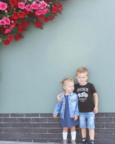 Flower wall, rose wall, kids style, siblings Rose Wall, Flower Wall, Siblings, Kids Fashion, Lifestyle, Flowers, Kids Outfits, Royal Icing Flowers, Floral