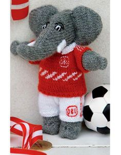 Den strikkede elefant Josefine har, lige siden den så dagens lys i 1959, været elsket af mange. Her har vi lavet en ny redigeret udgave.
