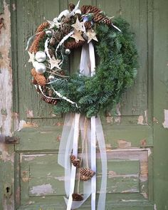 New Screen Christmas wreaths 2019 Concepts Do you realize people could make your own personal Christmas time wreath? Christmas wreaths bring a Rustic Christmas, Christmas Time, Christmas Crafts, Christmas Decorations, Holiday Decor, Diy Crafts To Do, Holiday Wreaths, Door Wreaths, Flowers
