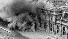 Imagen del Palacio de La Moneda después del primer bombardeo, el 11 de septiembre de 1973.