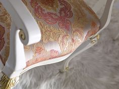 Art. 3303 - The elegance of white, mixed with the luxury of gold, put together with an delicate fabric.