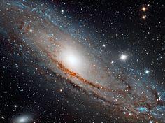 Dista dalla Terra circa 2,5 milioni di anni luce ed ha una dimensione sul suo diametro di 250 mila anni luce. Questo significa che è più grande della nostra Via Lattea ma in realtà le due si assomigliano molto.