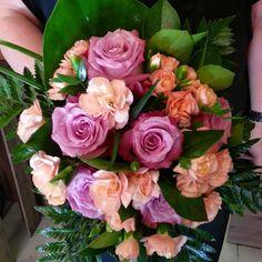 Viikonloppua odotellaan pinkien ruusujen ja persikkaisten neilikoiden kera ♥ #bouquet from #pink #roses and #peach #carnations waiting for weekend  #kukat #flowers#blommor #ruusut#kukkakimppu #pinkki #neilikat #flowerofinstagram #flowerlover #ig_flowers #instaflower #kukkakauppa #flowershop #kotka #finland