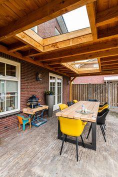 daglicht onder de veranda of overkapping Patio Privacy, Patio Roof, Back Patio, Pergola Patio, Backyard Landscaping, Concrete Fence Wall, Covered Deck Designs, Skylight Design, Outdoor Rooms