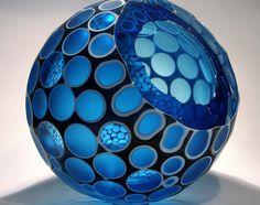 Jamie Worsley es un experto soplador de vidrio que es muy reconocido por sus terminaciones en frío (corte y pulido).Utiliza estas técnicas para resaltar las cualidades intrínsecas de la reflexión y la refracción de la luz en sus objetos.  http://www.objetosconvidrio.com/blog/jamie-worsley  http://www.jamieworsley.com/