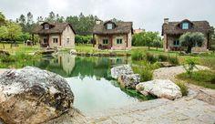Na aldeia de Travancinha, há seis casas que parecem saídas de um conto de fadas. O pão fresco é entregue quentinho todos os dias às 17 horas.