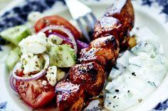 Grillade+kycklingspett+med+fetaostsallad+och+tzatziki