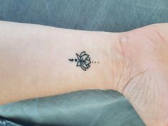 33 Cool Small Wrist Tattoos For Guys Tattoo Girls, Tiny Tattoos For Girls, Wrist Tattoos For Guys, Small Wrist Tattoos, Girly Tattoos, Trendy Tattoos, Body Art Tattoos, Tattoos For Women, Lotus Tattoo Wrist