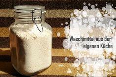 Waschmittel kannst du bequem zuhause herstellen. Du brauchst nur 3 Zutaten: Seife, Natron und Soda. Hier ist das Rezept.