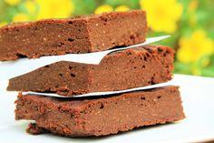 Receita de brownie de abacate sem glúten e sem lactose, feita no liquidificador que é super nutritiva, muito fácil e rápida de fazer.