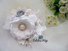 http://koleksiwiji.com/product/white-lantana-brooch White Lantana Brooch Size : 10 x 11 cm Colours : perpaduan warna putih dan silver Materials : satin ribbon , glitter ribbon, lace, and rhinestone aksesoris handmade, aksesoris hijab, bros cantik, bros hijab, bros hijab terbaru, bros korsase bunga, bros pita, bros renda, koleksiwiji, unique brooch - - #AksesorisHandmade, #AksesorisHijab, #BrosCantik, #BrosHijab, #BrosHijabTerbaru, #BrosKorsaseBunga, #BrosPita, #BrosRe