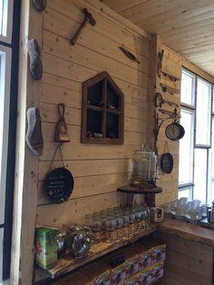 Vanha ikkuna pelastettiin palaneesta tallista ja työkalut löydettiin penkomalla varastoja. Kakkoslaadun raakalaudasta tehtiin seinät myymälään.