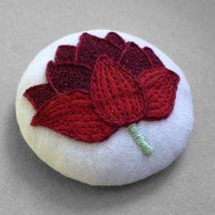 ricamo a mano di purissimo fiore di loto che si sta schiudendo  #loto #lotus #flower #lotusflower #yoga #pin #red #embroidery #handmade #felt #cotton