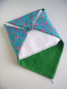 Porta guardanapo - Paper napkin holder by silly old suitcase Sewing Hacks, Sewing Tutorials, Sewing Patterns, Fabric Crafts, Sewing Crafts, Sewing Projects, Fabric Paper, Papier Diy, Old Suitcases