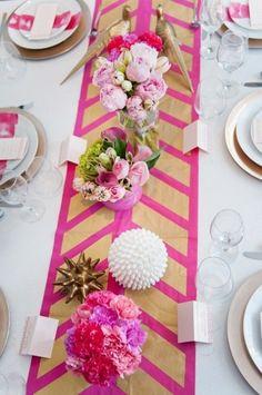 Farbenfrohe Hochzeit am Valentinstag-Tischläufer in Gold und Pink