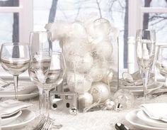 décoration de table avec des boules décoratives de couleur blanche