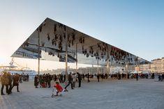 Depuis ce week-end, les habitants du Vieux-Port à Marseille peuvent se promener sous le miroir ombrière conçue par l'architecte britannique Norman