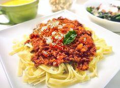 【nanapi】 はじめにイタリア・ボローニャ商工会議所公認のボロネーゼのレシピです。カルボナーラやナポリタンと並んで、日本でも人気の高いボロネーゼ(ミートソース)ですが、イタリアの人たちに言わせるとイタリア以外で作られているボロネーゼは、本場のボロネーゼとは別物とか。そこで1982年にボローニャ...