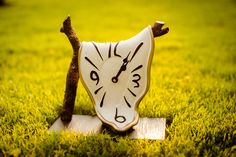Antartidee turns everyday items into surreal yet functional clocks Trendy Home Decor, Everyday Items, Home Decor Accessories, Surrealism, Accent Decor, Picnic, Sculptures, Christmas Ornaments, Holiday Decor