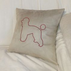 Kissen mit Pudelstickerei Throw Pillows, Bed, Applique Pillows, Poodle, Embroidery, Toss Pillows, Cushions, Stream Bed, Decorative Pillows