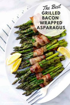 Did you know that you can cook Bacon Wrapped Asparagus on the grill! SO easy! Excellent for those on a keto or low carb diet. One of those recipes you'll return to again and again! Recipe video and detailed instructions in post. Healthy Grilling Recipes, Real Food Recipes, Cooking Recipes, Grilled Bacon Wrapped Asparagus, Grilled Green Beans, Foil Packet Meals, Bacon On The Grill, Asparagus Recipe, Summer Recipes