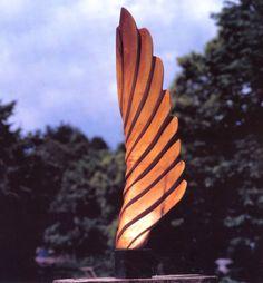 NTR Thuis beelden maken in hout - nede: beelden hout: abstract waaiervormig beeld van hout