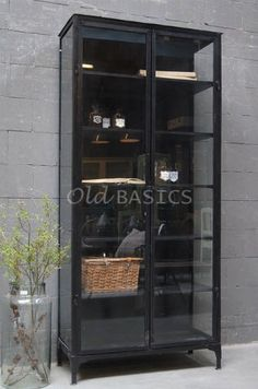 Apothekerskast 10168 - Industriële apothekerskast in de kleur zwart. De kast heeft zowel aan de voor- als zijkanten glas waardoor de kast luchtig oogt.De donkere kleur combineert prachtig met bijvoorbeeldwit servies.Een stijlvol, stoer meubelstuk.