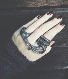 Cool gothic rock chick statement snake ring, jewellery accessory. Mordida de víbora! Anillo