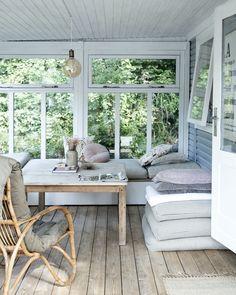 Scandinavian Cottage, Swedish Cottage, Summer House Interiors, Cottage Interiors, Country House Interior, Farmhouse Interior, Garderobe Design, Beach Cottage Style, Modern Cottage Style