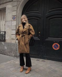 what to wear with brown boots - best trench coat Look Fashion, Girl Fashion, Fashion Outfits, Paris Dresses, Brown Ankle Boots, Parisian Chic, Fall Fashion Trends, Fashion Ideas, Mode Outfits