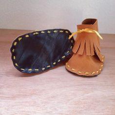 6996f9af6ceee Chaussures de Naissance en suédineChaussures de naissances en suédine  orangé avec petites franges. Très chic