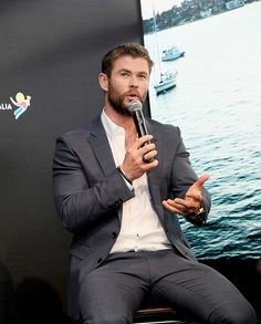 "thorduna: "" Chris Hemsworth speaks onstage during a Virtual Tour of Australia in NYC at Hudson Mercantile on January 2017 in New York City. Snowwhite And The Huntsman, Film Star Trek, Hemsworth Brothers, Chris Hemsworth Thor, Cute Actors, Falling In Love With Him, Boys Like, People Magazine, Wedding Suits"