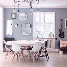 Alltså väggfärgen, jag trodde den var grå men mannen säger den är blå...hjälp mig vad säger ni borde den ha mer gråton i sig? Vad är det egentligen för färg #spegelvägg #matbord #vardagsrum #runtbord #väggfärg #gråblå #tidningenlantliv #familylivingfint