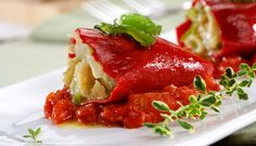 Pimientos del piquillo rellenos de bacalao sobre compota de tomate