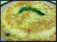 Riquísima receta de tortilla de patatas y cebolla que le dan un toque súper jugoso. http://lachefa.es/2013/05/16/tortilla-de-patatas-y-cebolla/