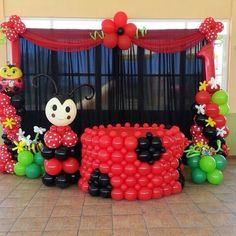 Источник интернет Balloon Arrangements, Balloon Decorations, Birthday Decorations, Baby Ladybug, Ladybug Party, Festa Lady Bag, Balloon Hacks, Cumpleaños Lady Bug, Balloons And More