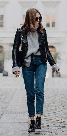 10 Peças atemporais que toda fashion girl tem no closet. Jaqueta de couro, suéter cinza de gola alta, mom jeans, ankle boot preta de vinil