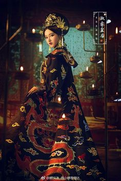 Red and gold Chinese dress, absolutely breathtaking. 2019 New Collection Models Ladies-R. Chinese Traditional Costume, Traditional Fashion, Traditional Dresses, Traditional Kimono, Oriental Fashion, Asian Fashion, Fashion Art, Cultures Du Monde, Art Asiatique