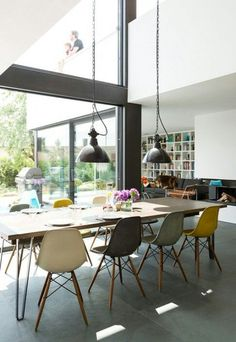 House of the Year 2014 - place: Modern flat roof house # beautiful living Above the dining area, the gallery on the upper floor opens. Dining Room Design, Dining Area, Eames Dining, Dining Chairs, Eames Dsw Chair, Flat Roof House, Save For House, Side Chairs, Home And Living