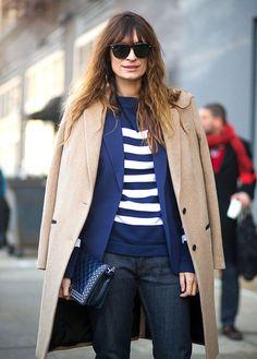 Street style look blusa listrada com calça jeans,blazer azul, sobretudo bege  e bolsa azul